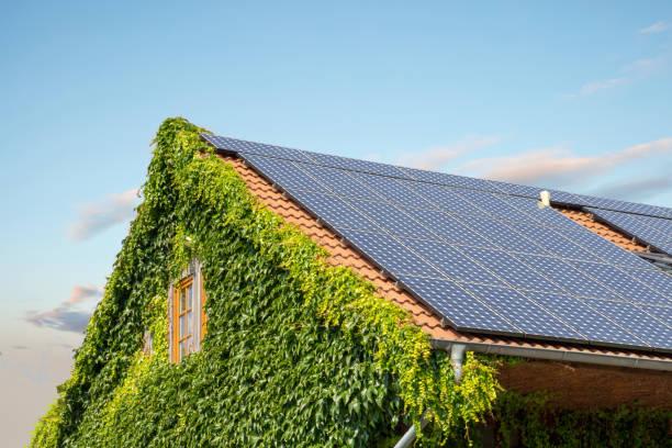 hausdach mit solarzellen - sonnenenergiegerät stock-fotos und bilder