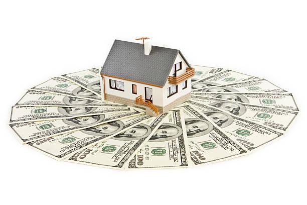 Haus steht auf einem Rasen des Geld – Foto