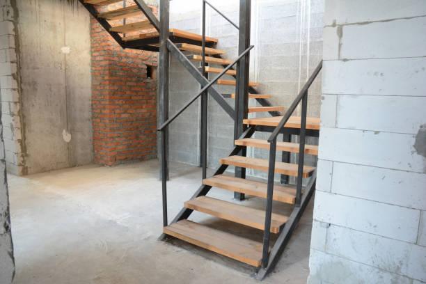 Huis stappen installatie. Het bouwen van nieuwe stappen in huis. De trap van het huis. foto