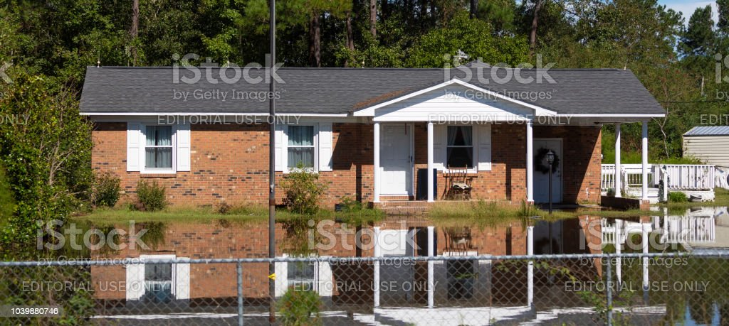 Haus, umgeben von Wasser aus Hurrikan Florence in North Carolina – Foto