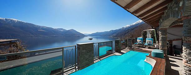 haus terrasse mit pool - hotel in den bergen stock-fotos und bilder