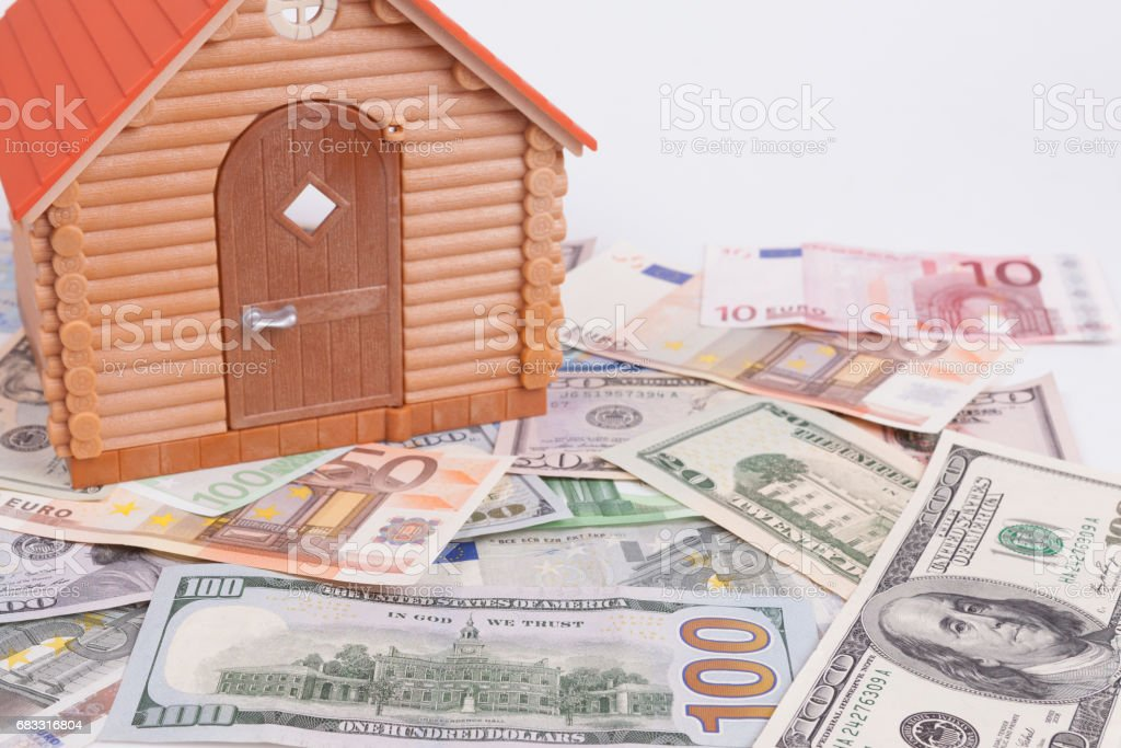 House toy on a pile of banknote photo libre de droits
