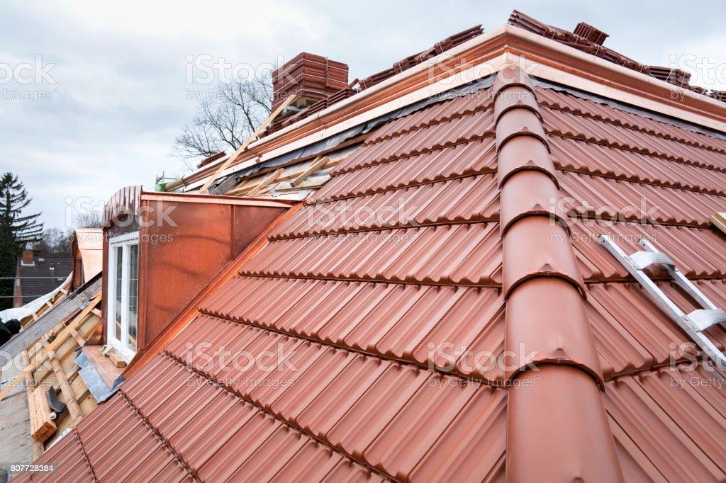 Haus im Bau. Neues Dach und Kupfer – Foto