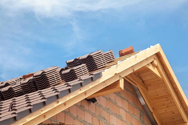 casa em construção. telhas a preparar a instalação - material de construção imagens e fotografias de stock