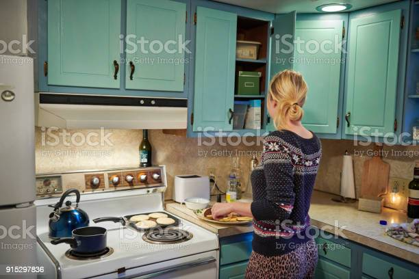 House wife making food in the kitchen picture id915297836?b=1&k=6&m=915297836&s=612x612&h=9fhzhyugw2gqzcponzypkdkrnk5n2nz2rklkqyw6mxg=