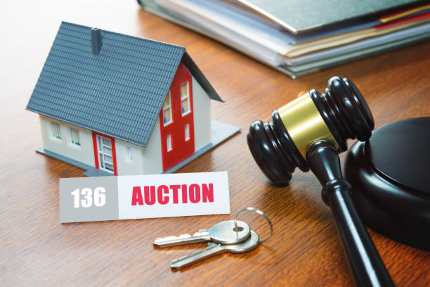 casa con un martillo. ejecución hipotecaria, inmobiliaria, venta, subasta, negocios, compra - embargo hipotecario fotografías e imágenes de stock