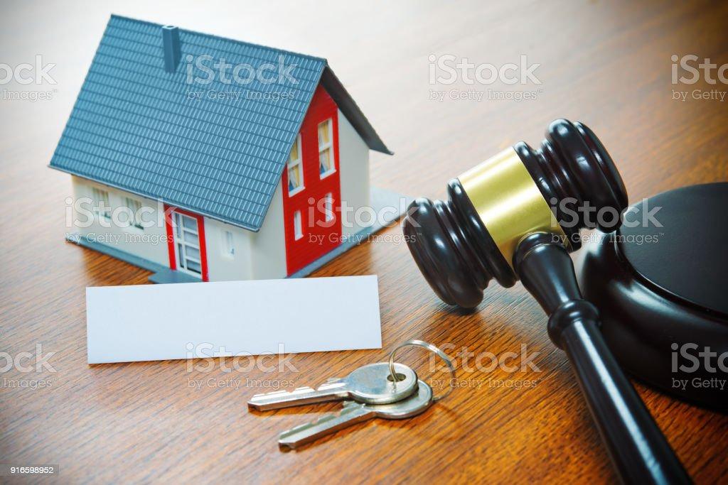 Maison avec un marteau. Forclusion, immobilier, vente, vente aux enchères, business, achat - Photo
