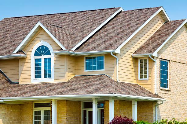 Haus mit Backstein, architektonischen Vinyl Siding, Asphalt Schindeln auf dem Dach – Foto