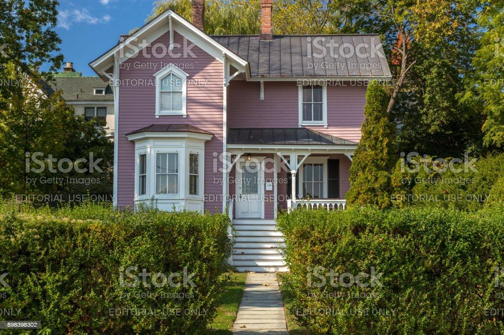 Maison avec bardage extérieur, vert des arbres, arbustes et ciel bleu, Nyack, comté de Rockland, vallée de l'Hudson, New York. - Photo