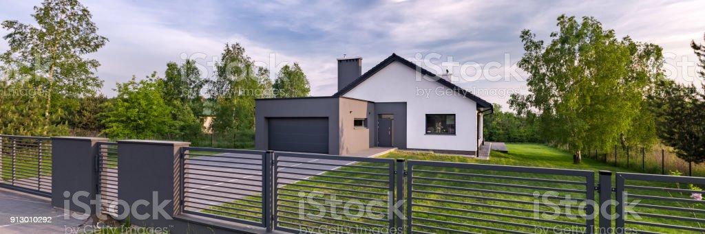 Haus Mit Zaun Und Garage Stock Fotografie Und Mehr Bilder Von