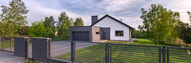 house with fence and garage - portão imagens e fotografias de stock
