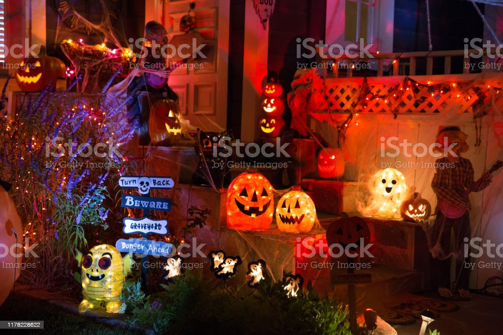 A house with Halloween pumpkins and halloween decorations at  Halloween night on a city street. Trick or treat. - Royalty-free Abóbora-Menina - Cucúrbita Foto de stock