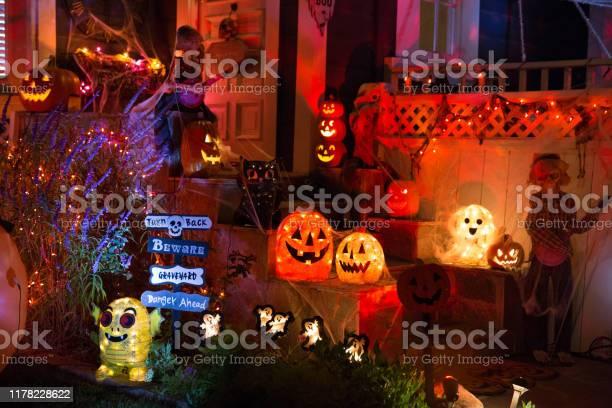 A House With Halloween Pumpkins And Halloween Decorations At Halloween Night On A City Street Trick Or Treat - Fotografias de stock e mais imagens de Abóbora-Menina - Cucúrbita