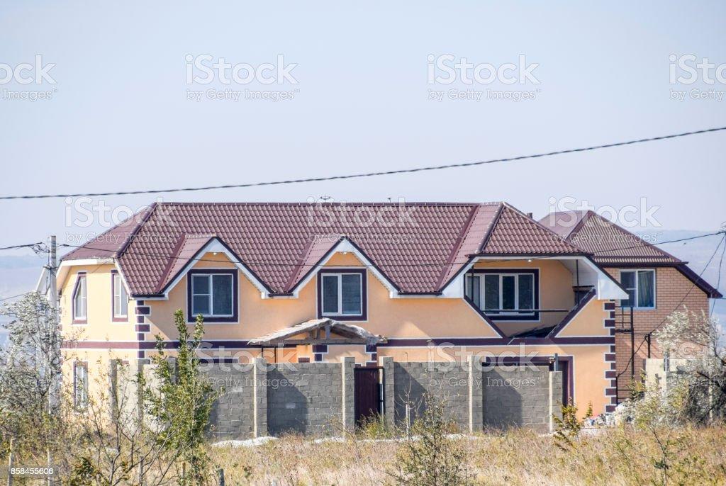 Casa Con Ventanas De Pl 225 Stico Y Techo De Chapa Acanalada