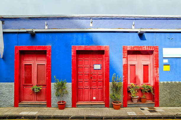 house with red doors in san cristobal de la laguna. - malerei türen stock-fotos und bilder