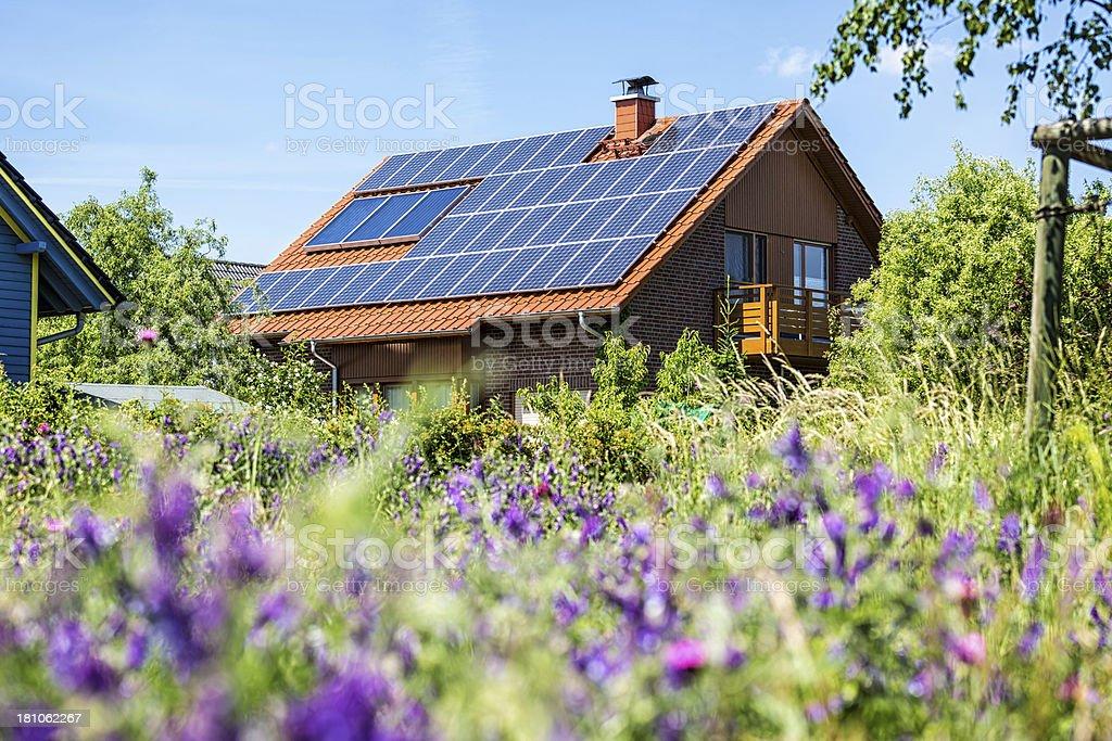 Haus mit Solarzellen - Lizenzfrei Alternative Energiequelle Stock-Foto