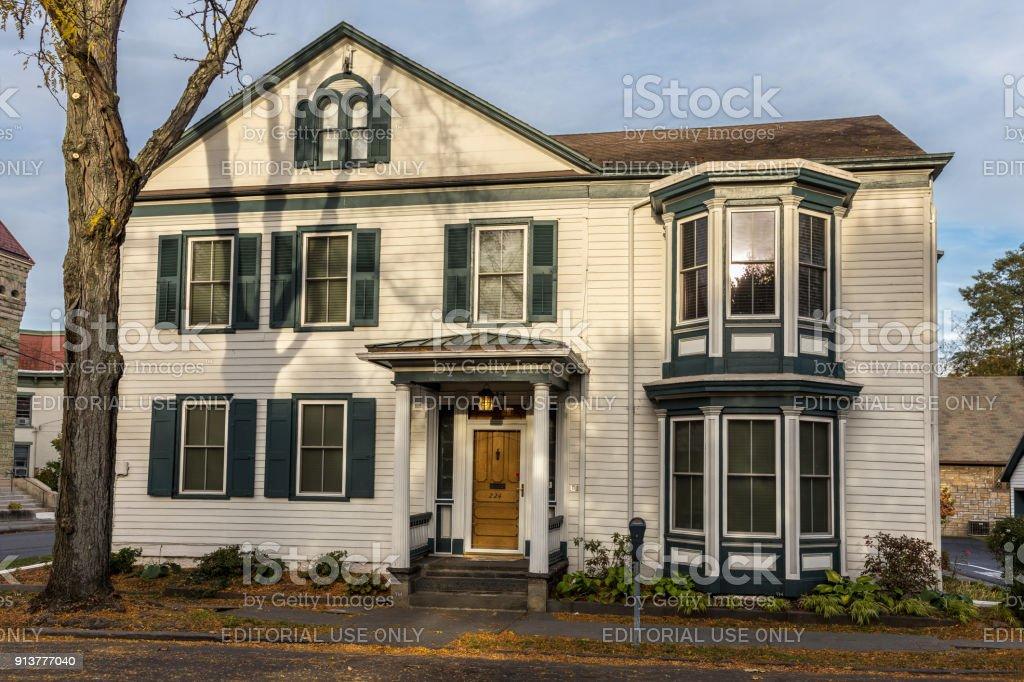 Casa Con Exterior Blanco Tablilla En Una Pequeña Calle En Kingston ...