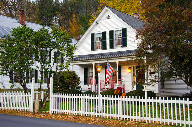house with white picket fence - new hampshire stockfoto's en -beelden