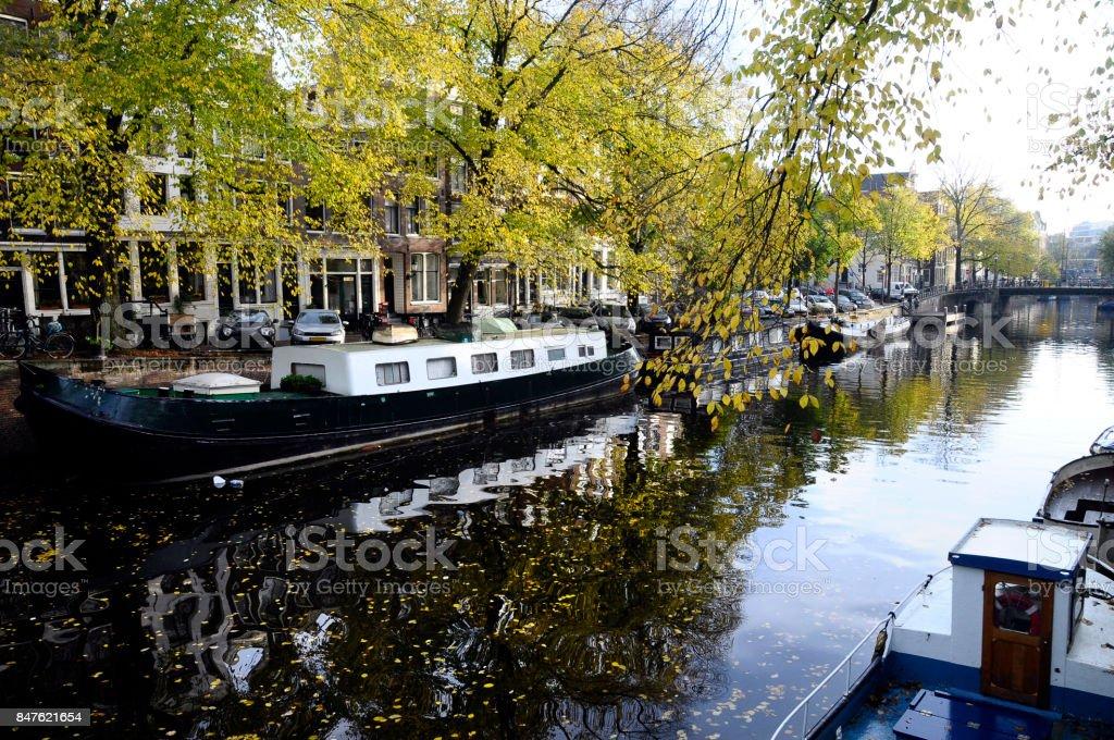 Casa flutuante e arquitetura na velha cidade de Amesterdão - foto de acervo