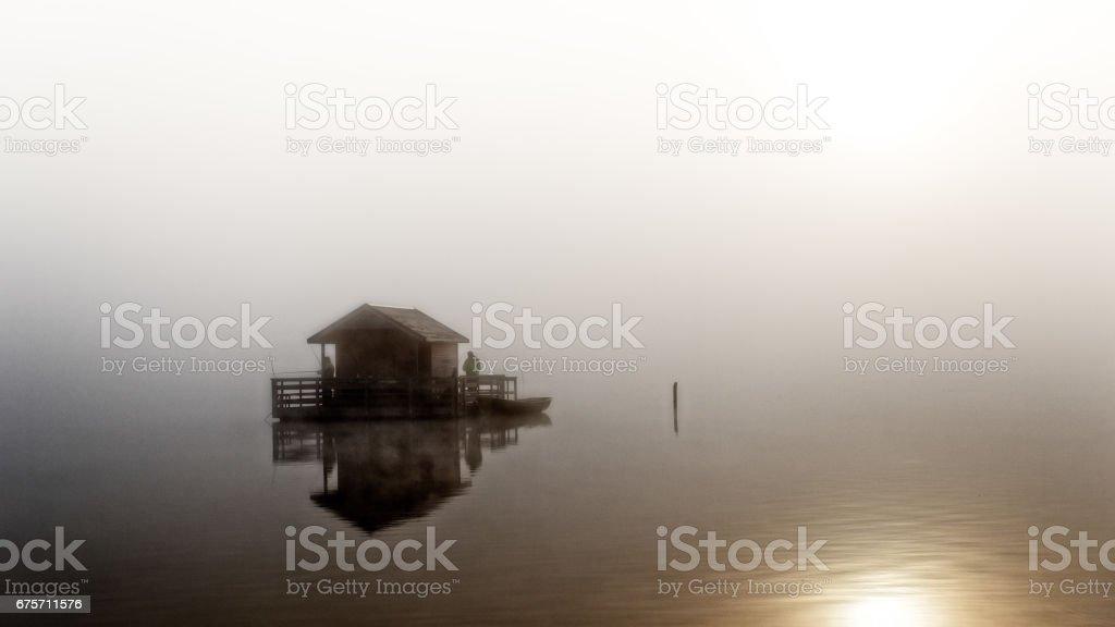 在清晨湖上的遊艇。 免版稅 stock photo