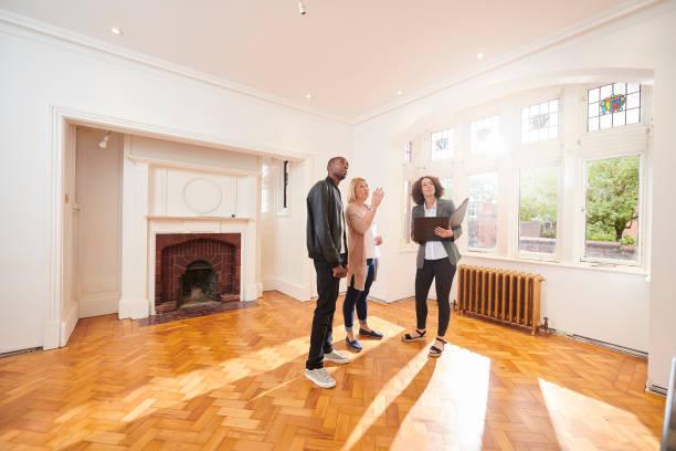 househunt paar - immobilienmakler stock-fotos und bilder