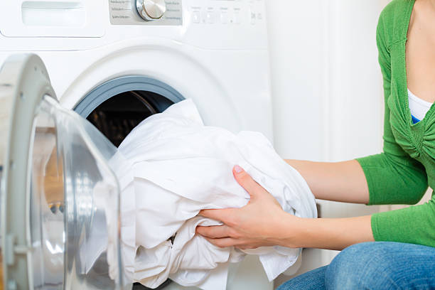 ハウスキーパーに洗濯機 - 衣類乾燥機 ストックフォトと画像