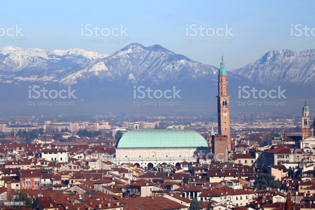 houses and the historic monument called BASILICA PALLADIANA in V - foto stock