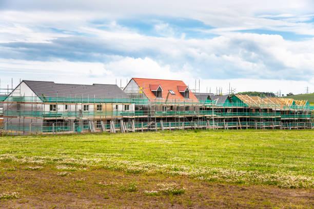 Häuser im Bau in einer Wohnsiedlung in einem ländlichen Raum – Foto
