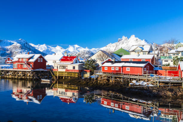 Häuser in der Lofoten-Inseln-Bucht. Naturlandschaft bei Sonnenaufgang – Foto