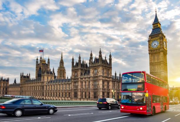 huizen van het parlement met big ben en dubbeldekkerbus op westminster bridge bij sunset, london, uk - londen engeland stockfoto's en -beelden