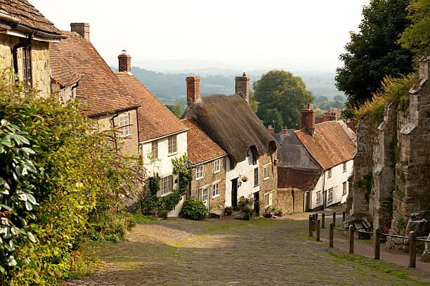 golden hill, shaftesbury, dorset, england - strohdach stock-fotos und bilder
