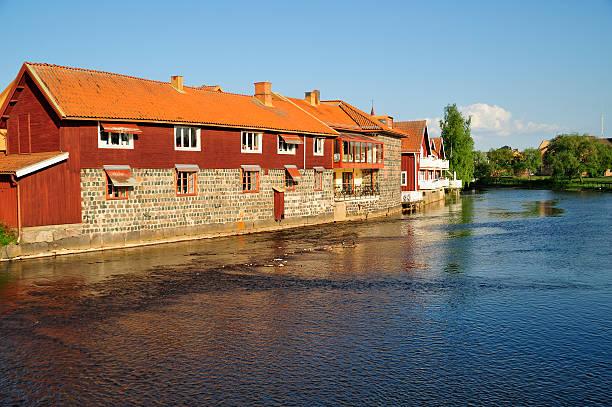 Häuser am Ufer eines Flusses – Foto