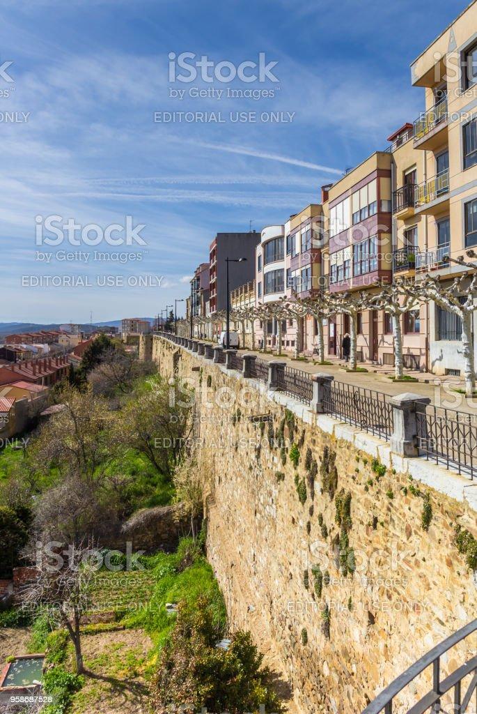 Casas en la antigua muralla de la ciudad de Astorga, España - foto de stock