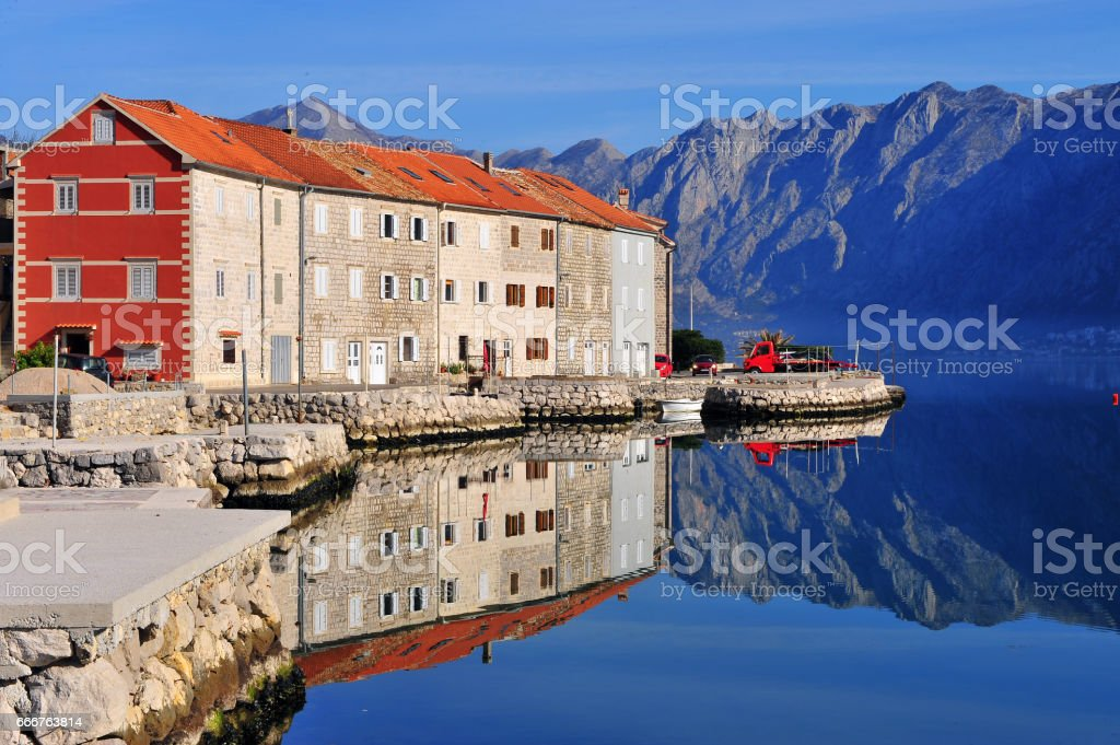 Houses reflection with mountains on background foto stock royalty-free