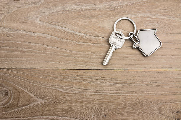 house-shaped key in the wood - chave da casa - fotografias e filmes do acervo