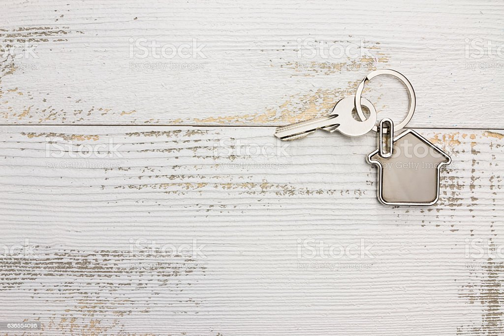 House-shaped key in the wood – Foto