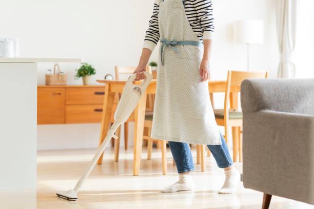 掃除機での主婦クリーニング - ライフスタイル ストックフォトと画像