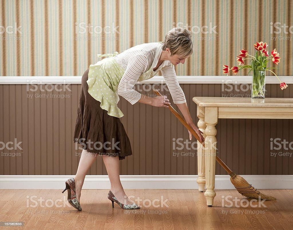 Hausfrau atemberaubenden unter Tisch – Foto