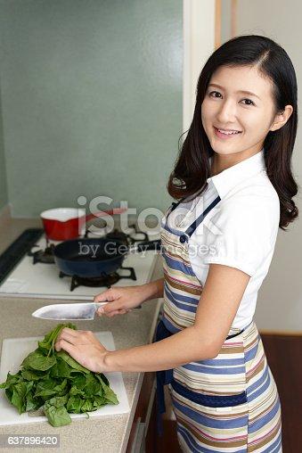 619063596 istock photo Housewife who enjoys cooking 637896420