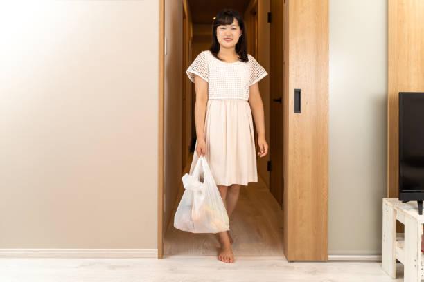 買い物袋を持つ主婦 - sustainability ストックフォトと画像