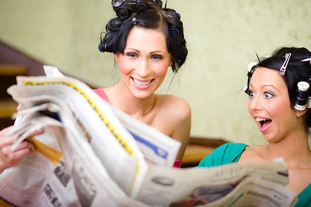 Ménagères lisant journal - Photo