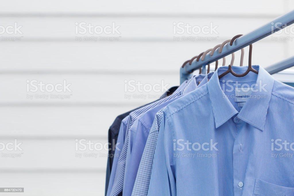 Hausarbeit von Trockenreinigung Kleidung Mann Hemd – Foto