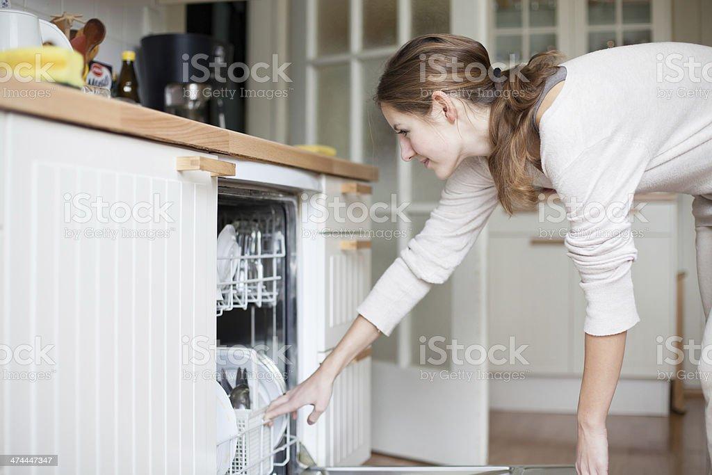 Hausarbeit: Junge Frau mit Geschirrspüler - Lizenzfrei Arrangieren Stock-Foto