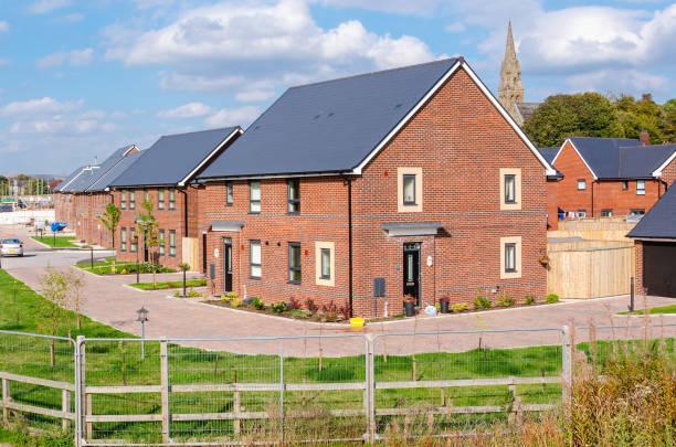 Wohnbebauung in England und blauer Himmel – Foto