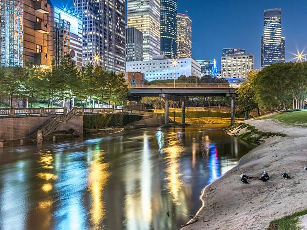 bei nacht der innenstadt von houston - houston texas stock-fotos und bilder