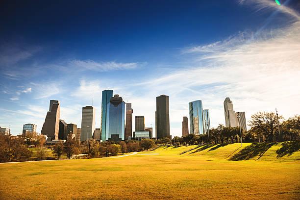 skyline von houston in der dämmerung - houston texas stock-fotos und bilder