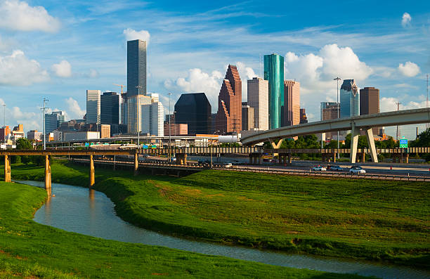 skyline von houston, freeway und den fluss - houston texas stock-fotos und bilder