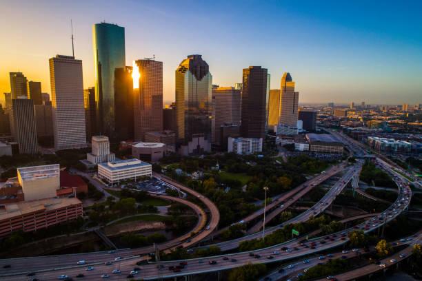 houston texas antenne drone sonnenaufgang blick stadtbild skyline bunte morgen downtown - houston texas stock-fotos und bilder