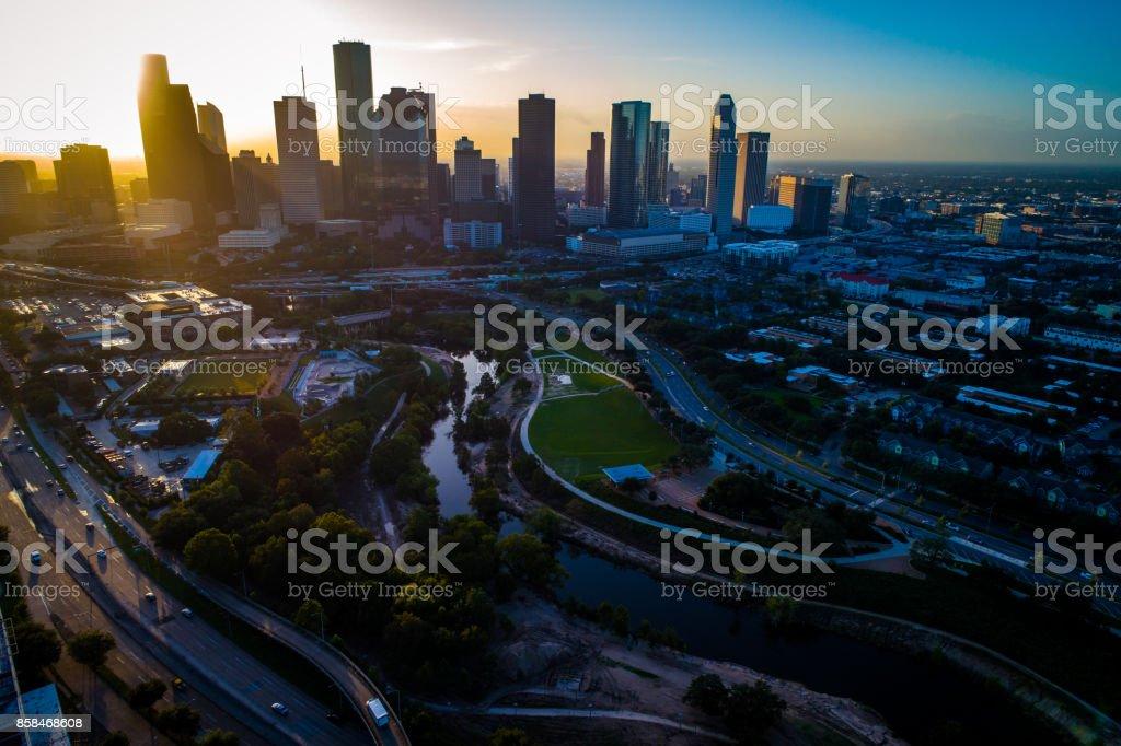 Houston Texas brillant Sonnenaufgang Sonnenstrahlen und goldene Sonnenstrahlen, Autobahnen, Schnellstraßen und Massive Stadtbild – Foto