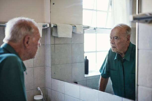 wie erhalte ich so alt? - alte spiegel stock-fotos und bilder